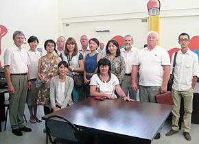 カザフスタンの同窓生の皆さんと訪問したベロフ先生(左端)、PREX 職員。