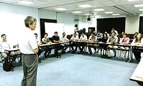 ウズベキスタンでのベロフ教授の講義の様子。講義には3 カ国で計77 名の同窓生が集まった。