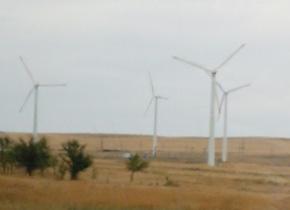 広大な平原に突如風力発電の巨大な風車が現れました。