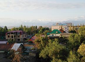 首都ビシュケクからはいつもアラトー山脈の山並を見ることが できます。