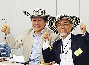 研修最終日、コロンビアの帽子をプレゼントされた嘉田先生と鳥取大学の澤田廉路先生。