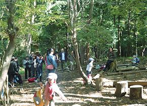 住民の発案で実現した森のようちえんを見学する研修員