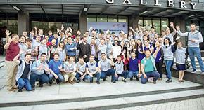 世界企業家サミットの参加者たちと。左端がアバキロフ・アジスさん。