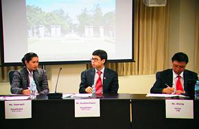 参加研修で、中国、スリランカの研修員とともに自国の省エネ推進の現状を発表するアヌアー氏(中央)。