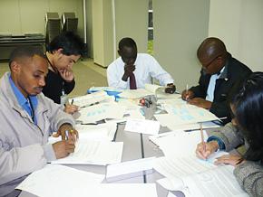 研修で学んだことを参加者とともに整理するアブドウラエ氏(中央)。