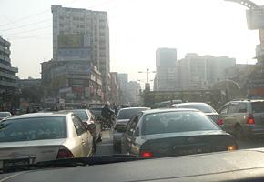 バングラデシュの活気は渋滞から。車、バス、トラックであふれるダッカの町の様子。