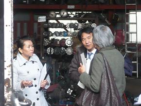 自動車修理業を営む研修員から質問を受ける宮本社長。