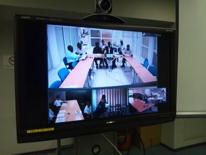 大阪の遠隔TV会議システムでガーナ及び南アフリカの帰国研修員から報告を受けました。(日本側)