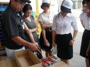 同社の工場で説明に聞き入る学生たち。製品には日本のものづくりへのこだわりが詰まっています。