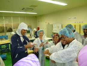 同社が地元高校と連携し、開発したハンドクリームを 実際に試す研修員。