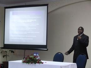 2011年10月マラウイで実施したフォローアップ事業ワークショップでキック後の活動を報告するガマンガ氏