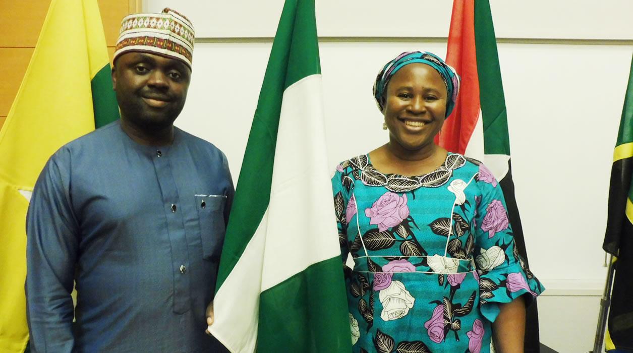 ナイジェリアのラゴス商工会議所のヘンリーさん(左)と中 小企業専門の支援機関SMEDENで働いているレジーナさ ん(右)
