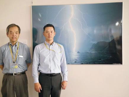 アフリカ事業担当の井上真二氏と吉田厚氏 様々なグッズが展示されている雷ミュージアムにて