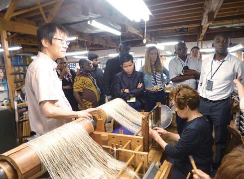 北陸の伝統工芸、織物の技術を体験した研修員!