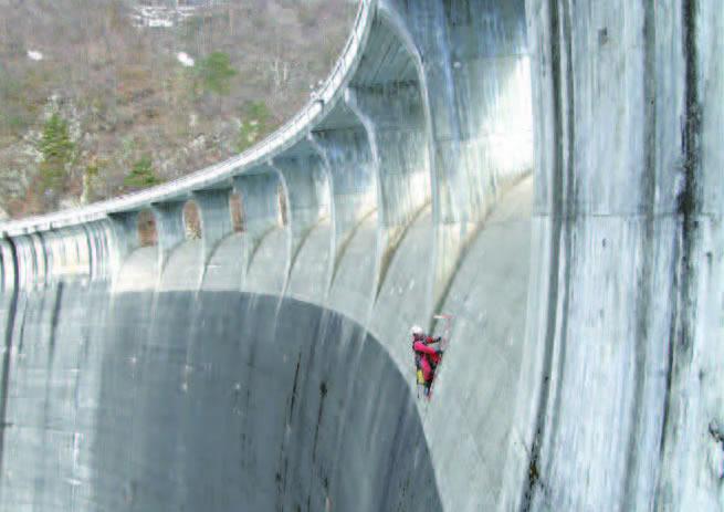 これが Ninja Tech。ダムの壁を丹念にチェック。