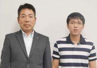 大和合成株式会社でプラスチック成形加工を担当している チュンさん(右)と取締役営業部長兼技術部長の中島 真敏 氏(左)