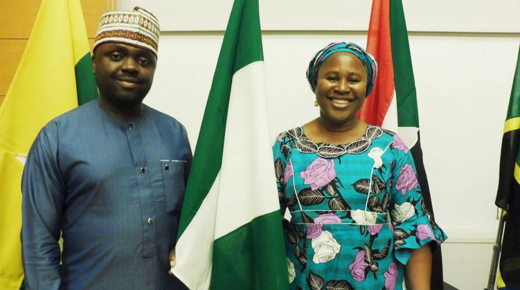 ナイジェリアのラゴス商工会議所のヘンリーさん(左)と中小企 業専門の支援機関SMEDENで働いているレジーナさん(右)