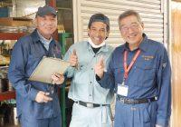 三元ラセン管工業株式会社 高嶋 博会長(右)とインドネシア出身のアンドリーさん(中央)、指導員の山口さん(左)