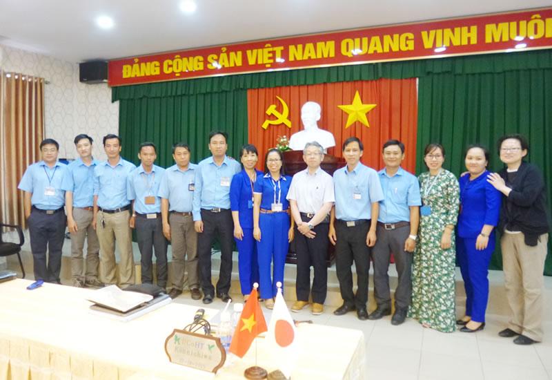 ベトナム、ドンナイ高度職業訓練短大のサイエンスコースグループ長のフン氏(写真右から7番目)