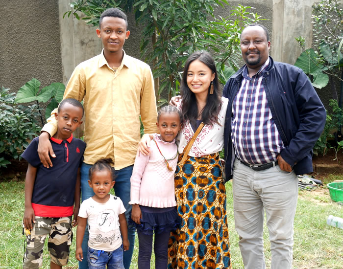 JICA青年海外協力隊としてエチオピアにて活動。右から2番目が佐賀職員。