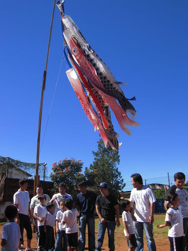 こどもの日:パラグアイの青空を泳ぐ鯉のぼり