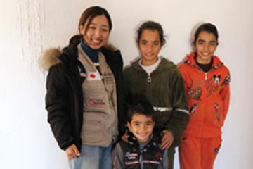 ヨルダンで3人兄弟の子どもたちと。